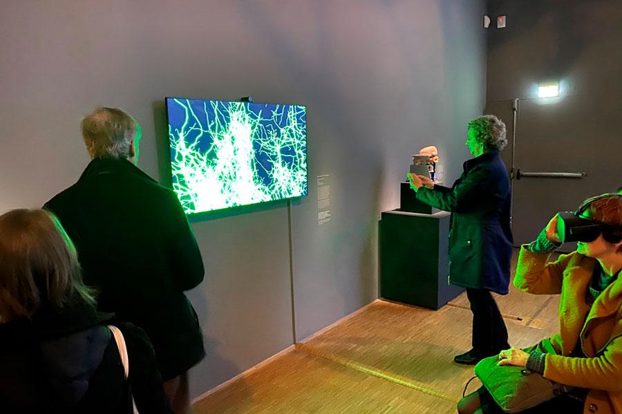 Besucher der Vernissage im Centre Pompidou sahen sich 'Computational Cajal' von Hermann Cuntz und Marvin Weigand an/ Visitors of the vernissage at the Centre Pompidou saw 'Computational Cajal' by Hermann Cuntz and Marvin Weigand